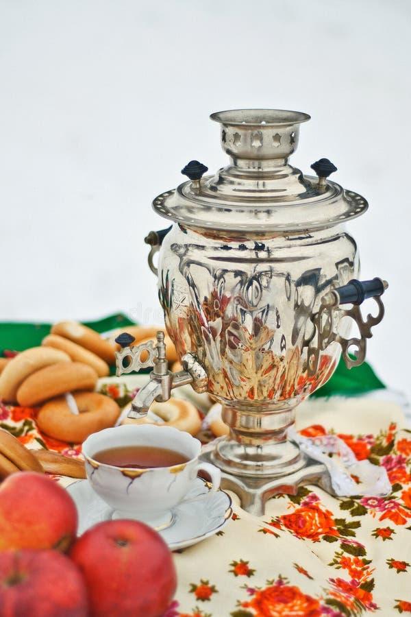 Ainda vida com o samovar, o copo e rolos tradicionais do russo imagens de stock