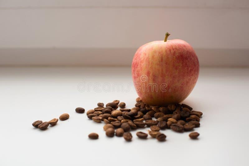 Ainda vida com os feijões da maçã e de café foto de stock royalty free