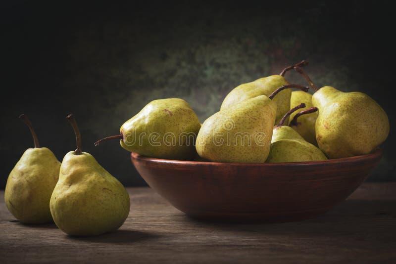 Ainda vida com peras frescas em uma bacia fotos de stock