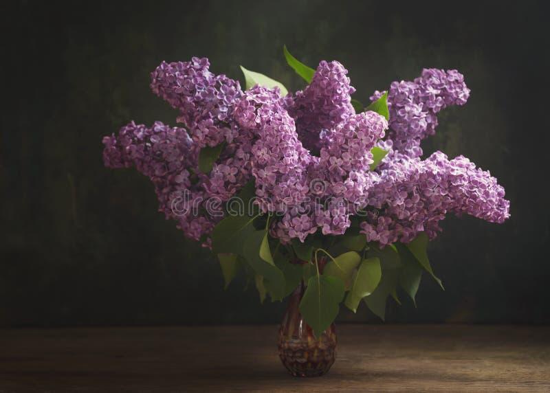 Ainda vida com ramos de florescência de flores lilás foto de stock royalty free