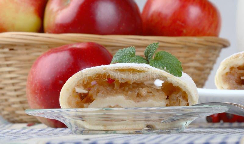 Ainda vida com rolo da maçã (strudel) fotografia de stock