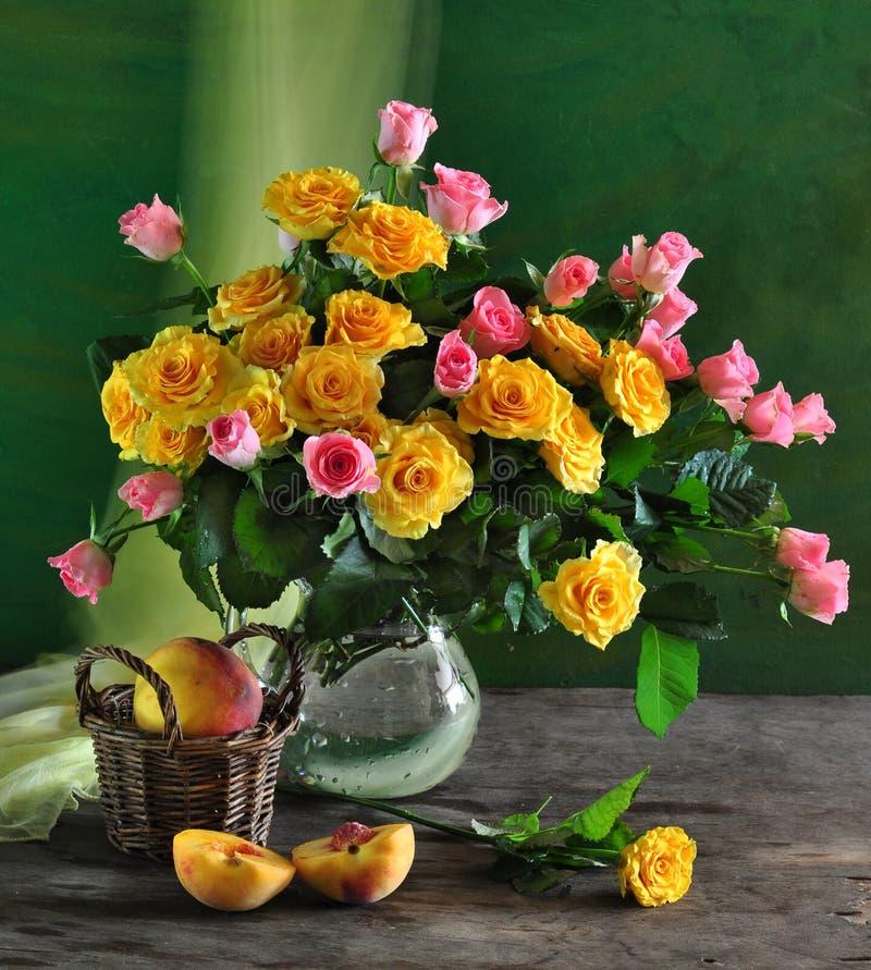 ainda vida com rosas e pêssego fotografia de stock