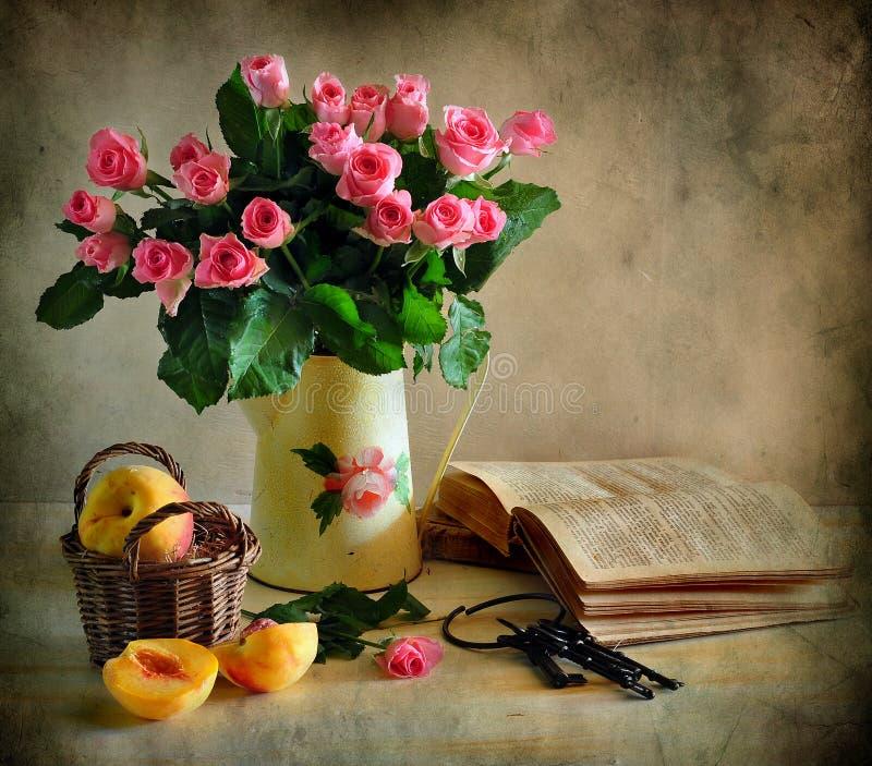 Ainda vida com rosas, pêssego e livro imagens de stock