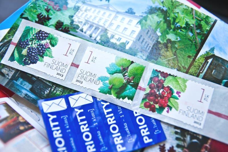Ainda vida com selos postais fotos de stock