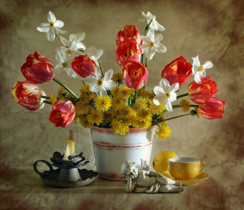 Ainda vida com tulips, narcissuses e dentes-de-leão imagem de stock