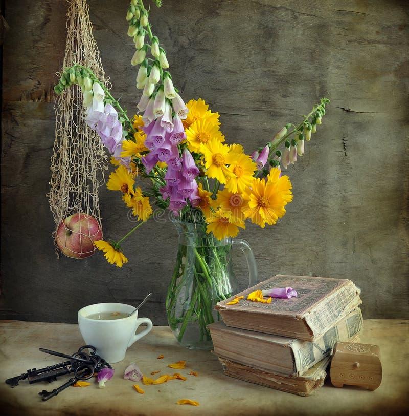 Ainda vida com um foxglove e os livros fotografia de stock