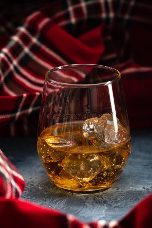 Ainda-vida com um vidro do bourbon Um vidro do uísque com gelo foto de stock royalty free