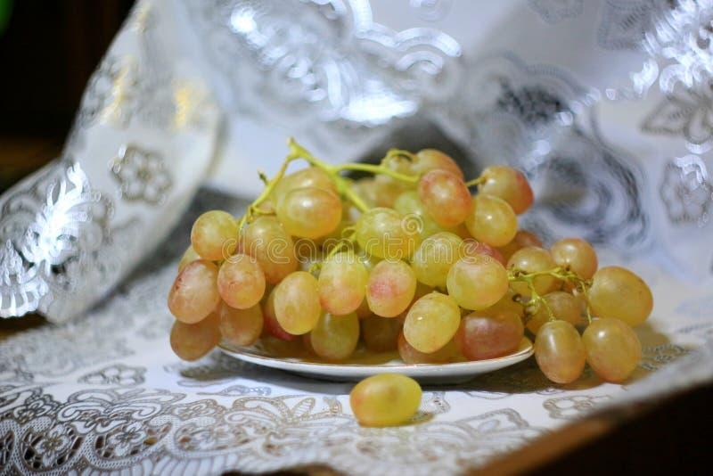 Ainda vida com uvas foto de stock