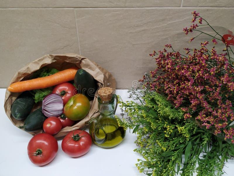 Ainda vida com vegetais e flores, healthly alimento fotografia de stock