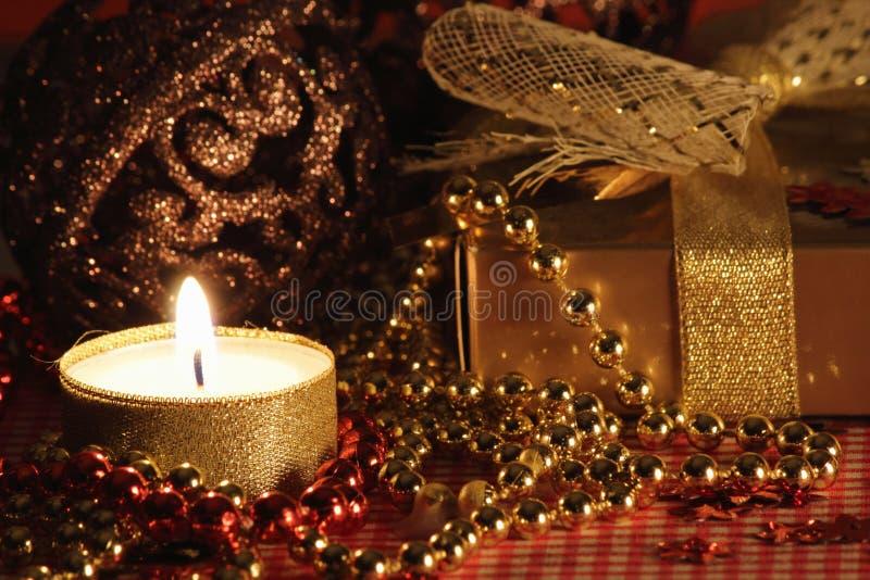 Ainda vida com a vela e o presente. fotografia de stock royalty free