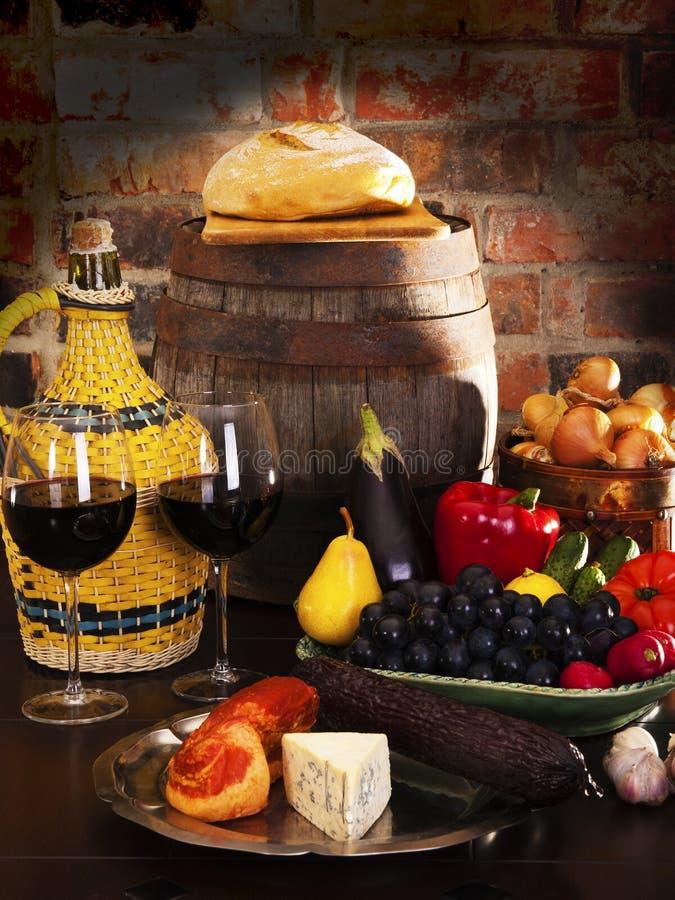 Ainda vida com vinho e certas frutas, vegetais, fotografia de stock royalty free