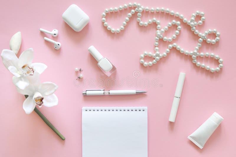 Ainda vida da mulher da forma, objetos no rosa fotos de stock