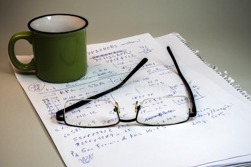 Ainda vida das notas, dos vidros e da caneca imagem de stock
