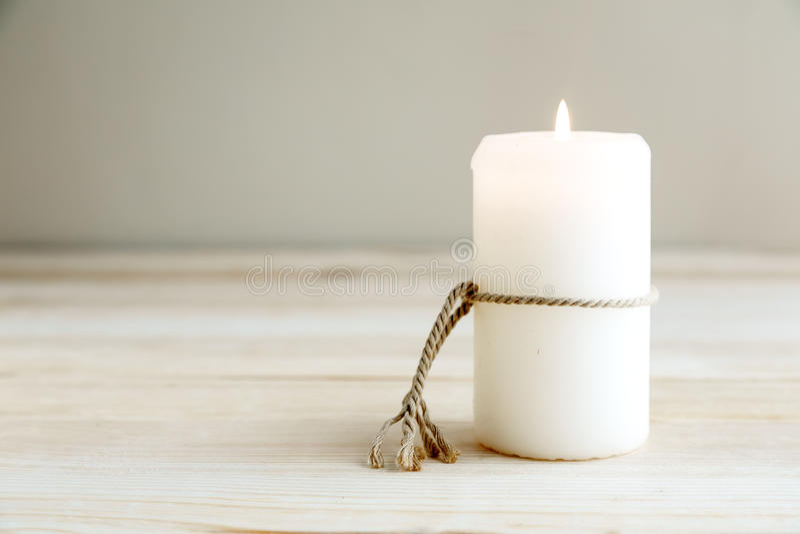 Ainda vida das velas de iluminação home imagens de stock