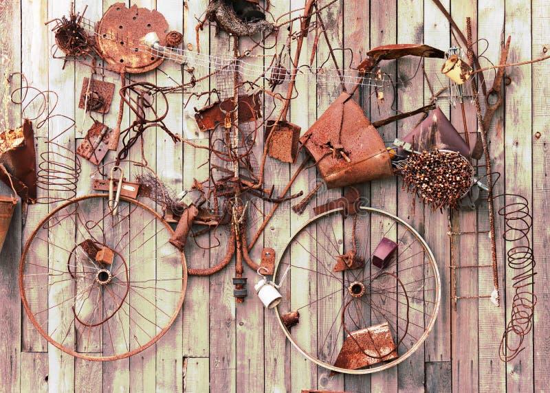 Ainda-vida de artigos oxidados do metal no fundo de madeira. fotografia de stock royalty free