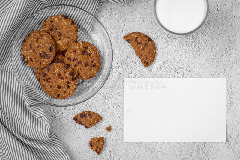 Ainda vida de cookies recentemente cozidas dos pedaços de chocolate na placa em t fotos de stock