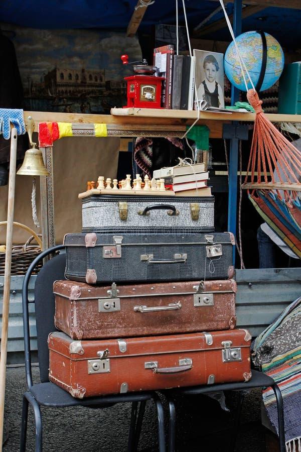 Ainda vida de malas de viagem do vintage, xadrez, livros no ` brilhante dos povos do ` do festival no dia da cidade em Moscou fotografia de stock royalty free