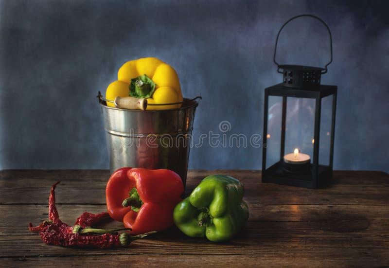 Ainda vida do alimento com pimentas vermelhas, amarelas e verdes foto de stock