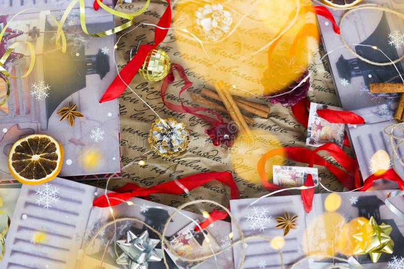Ainda-vida do Natal ou do ano novo com vermelho, ouro e fitas de prata, cones, varas de canela, estrelas do anis foto de stock