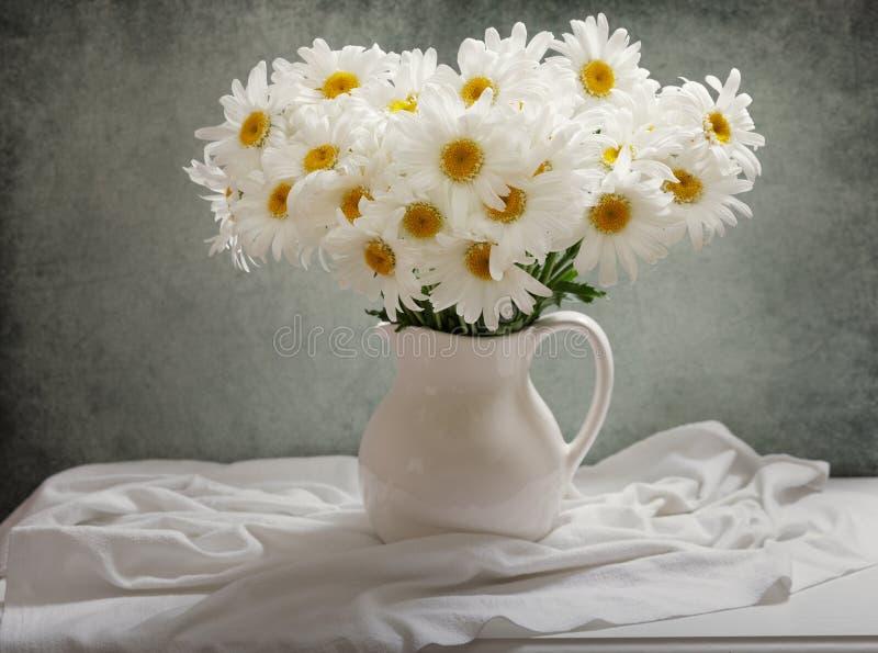 Ainda vida do ramalhete de flores da margarida foto de stock royalty free
