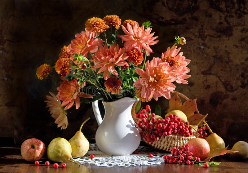 Ainda vida e dália das flores fotografia de stock royalty free