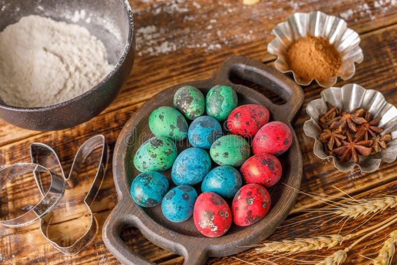 ainda vida em um fundo de madeira Pintado em ovos de codorniz diferentes das cores fotos de stock royalty free