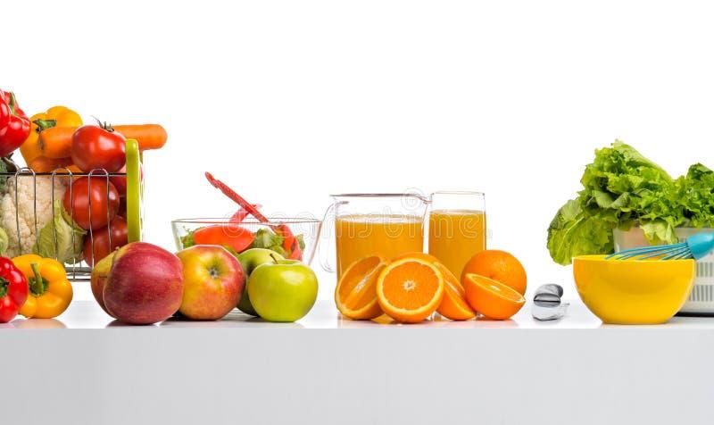 Ainda a vida espremeu cfreshly o suco, frutas e legumes no tabl fotografia de stock