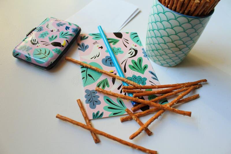 Ainda a vida feita de diversos objetos - salgue varas em uma caneca, plys - salga varas em uma caneca, em uma caixa de cartão plá foto de stock royalty free