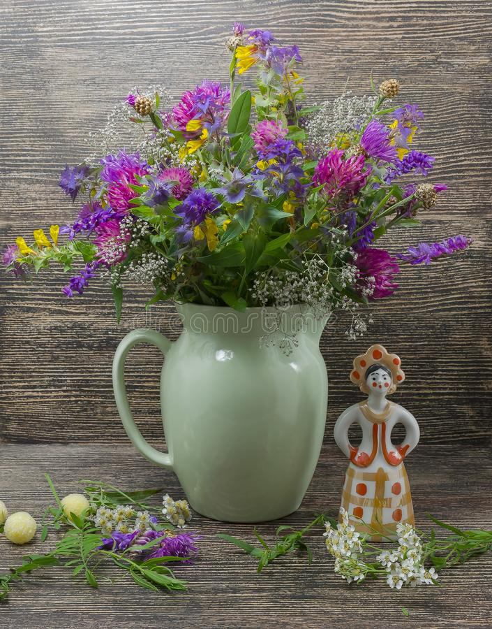 Ainda vida, flores, um ramalhete das flores em um vaso com objetos imagem de stock