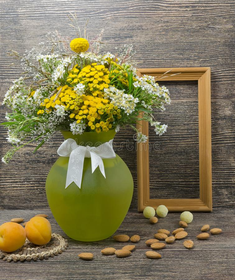 Ainda vida, flores, um ramalhete das flores em um vaso imagens de stock