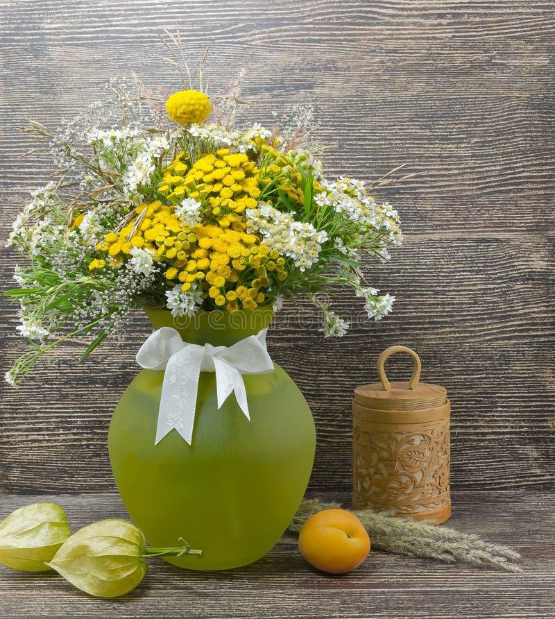 Ainda vida, flores, um ramalhete das flores em um vaso foto de stock