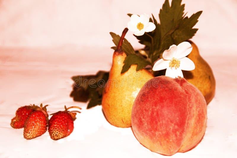 Ainda vida: frutos, flores e bagas fotos de stock royalty free