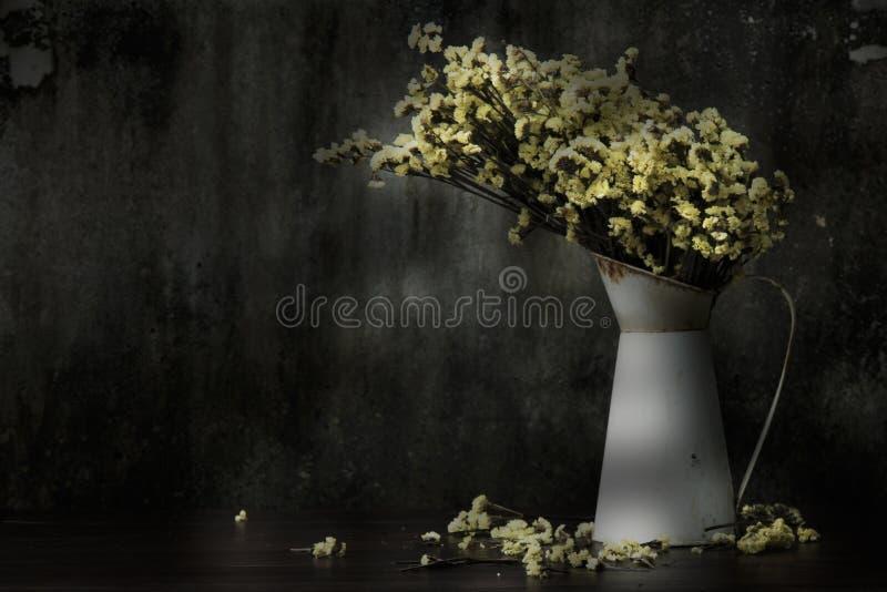 Ainda vida & x28; Gota das flores pelo time& longo x29 da luz solar; foto de stock