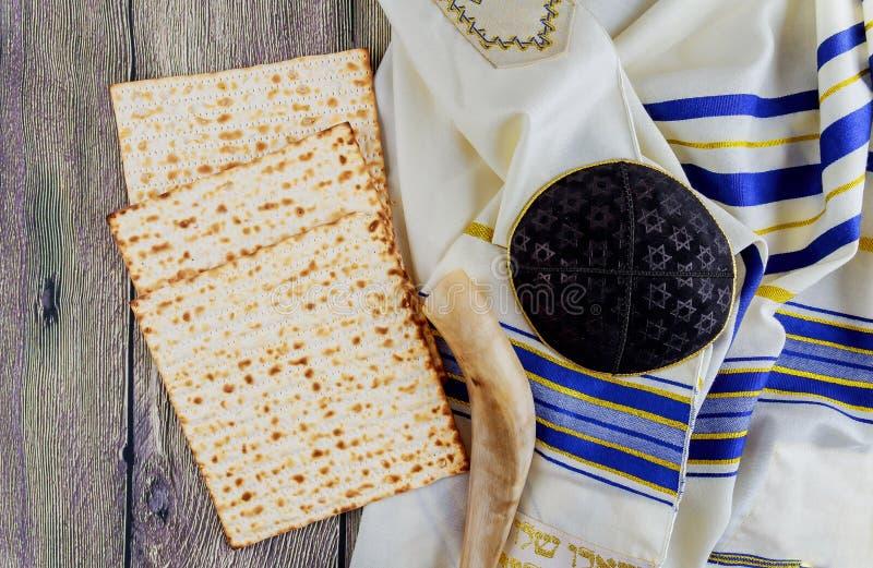 Ainda-vida judaica do feriado com pão judaico do passover do vinho e do matzoh imagem de stock