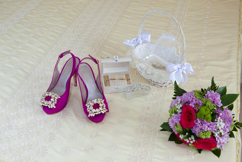 Ainda vida na cama de casal dos acessórios de uma noiva em seu dia do casamento fotografia de stock royalty free