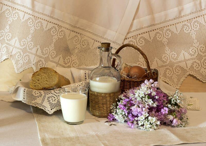 A ainda-vida rural com leite e pão fotografia de stock