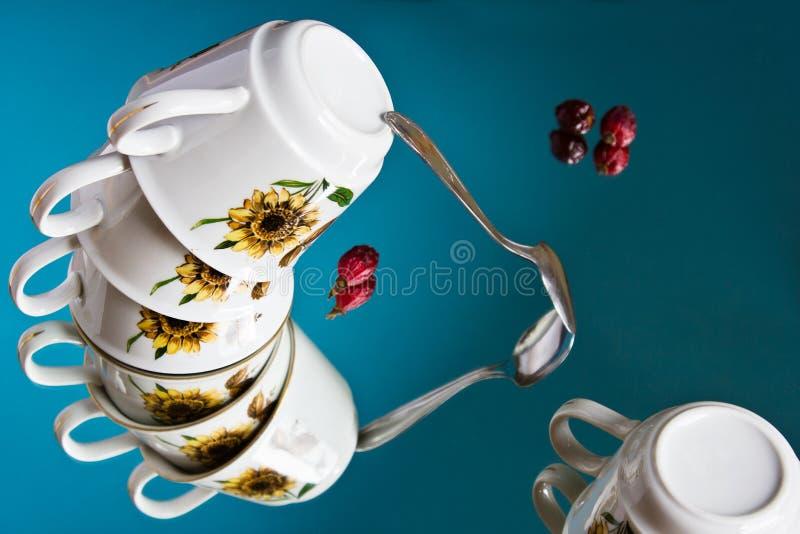 Ainda vida surreal com um grupo do voo de copos da porcelana fotografia de stock royalty free