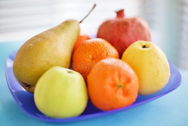 Ainda vida vívida com frutas na placa azul foto de stock