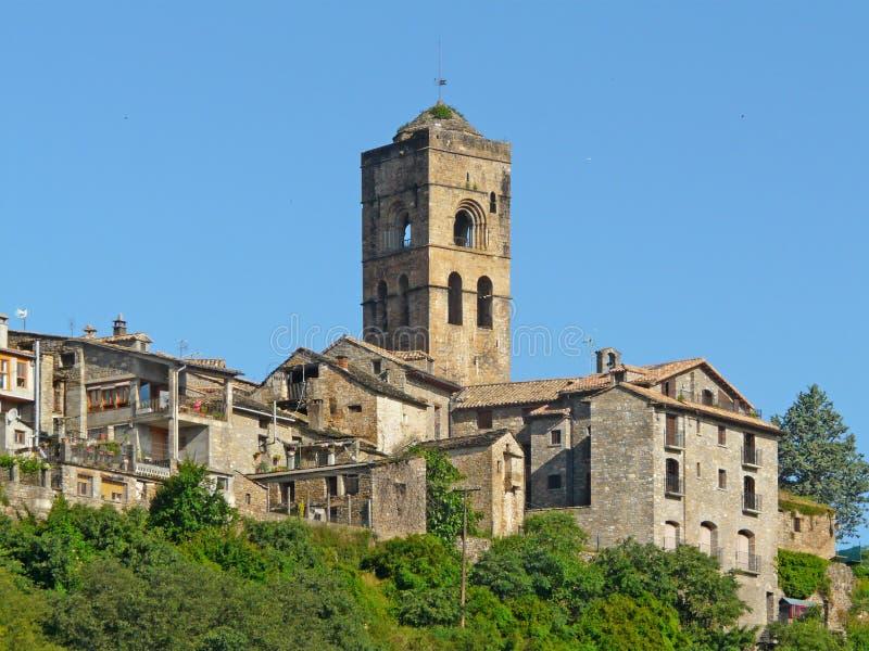 Ainsa村庄的全视图与它的中世纪老房子的 免版税库存图片