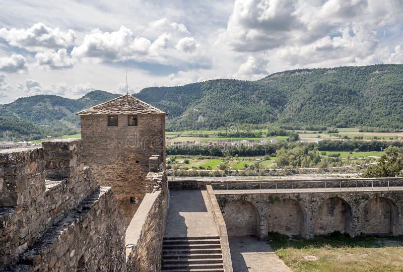 Ainsa的领域与塔城堡的 库存图片
