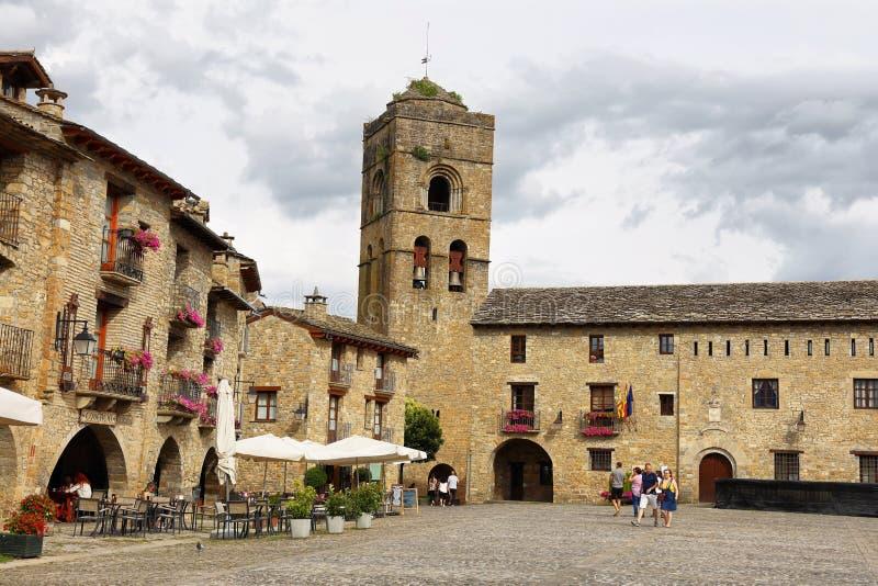 Ainsa medeltida by av Pyreneesna med härliga stenhus, Huesca, Spanien royaltyfria foton