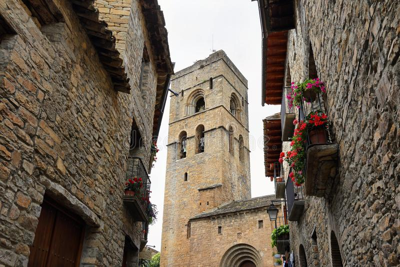 Ainsa medeltida by, Huesca, Spanien royaltyfri fotografi