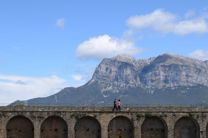 Ainsa medeltida by Spanien Europa royaltyfri foto