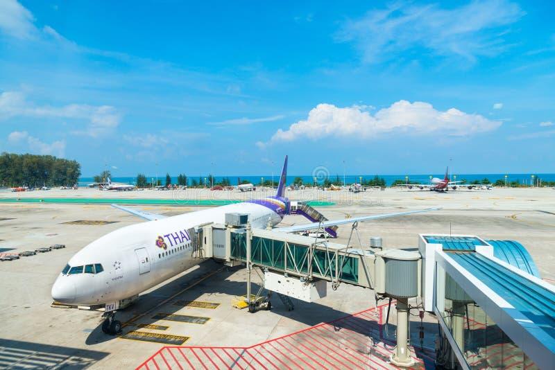 Aiplane de Thai Airways no aeroporto internacional de Phuket fotografia de stock