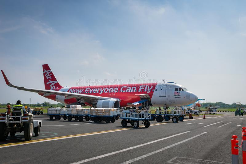 Air Asia Airbus landete bei Sonnenaufgang - Ahmad Yani International Airport, Semarng, Indonesien stockbilder