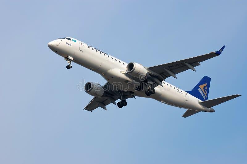Air Astana Embraer ERJ-190 royaltyfri bild