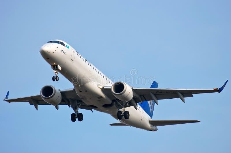 Air Astana Embraer ERJ-190 fotografering för bildbyråer