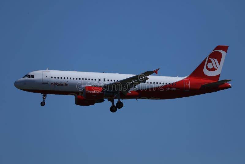 Air Berlin-vliegtuig die omhoog in de blauwe hemel vliegen stock afbeeldingen