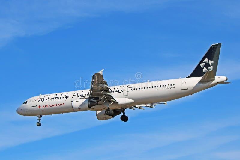Air Canada Airbus A321-200 en vista lateral de la librea de Star Alliance imagenes de archivo