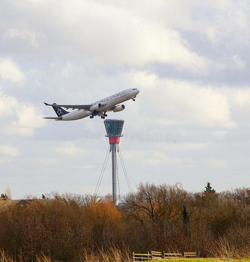 Air Canada Boeing 767 που απογειώνεται στον αερολιμένα Heathrow στοκ φωτογραφίες